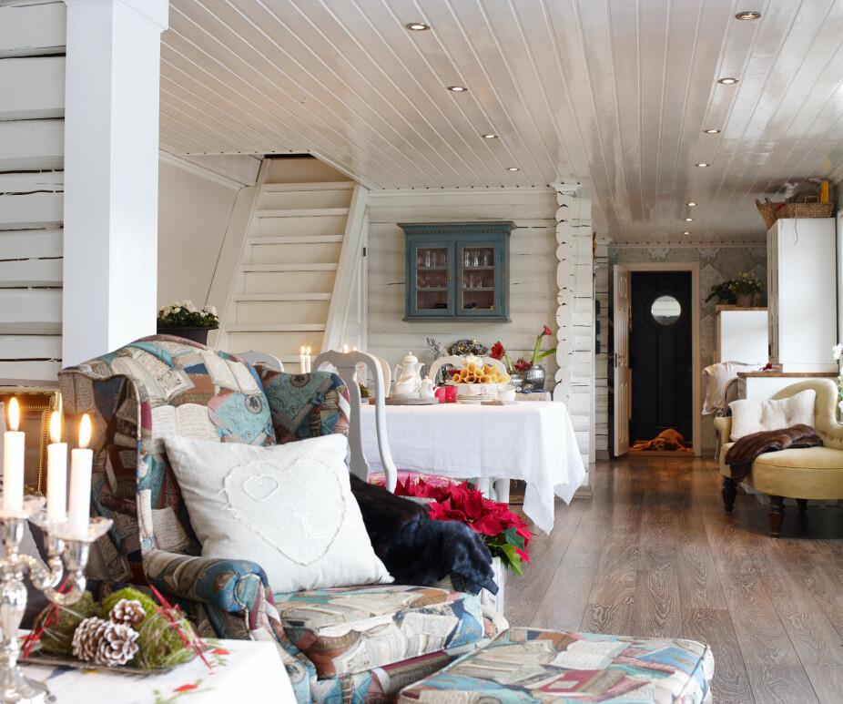 Gammelt og godt. Veggen som skiller spisestuen og stuen ble kledd med tømmer fra familien gamle hus i Oslo. Tømmeret fra 1886 er med på å videreføre tømmerpreget som var på den opprinnelige hytta. Nye gulv knytter sammen hele lengden på hytta.