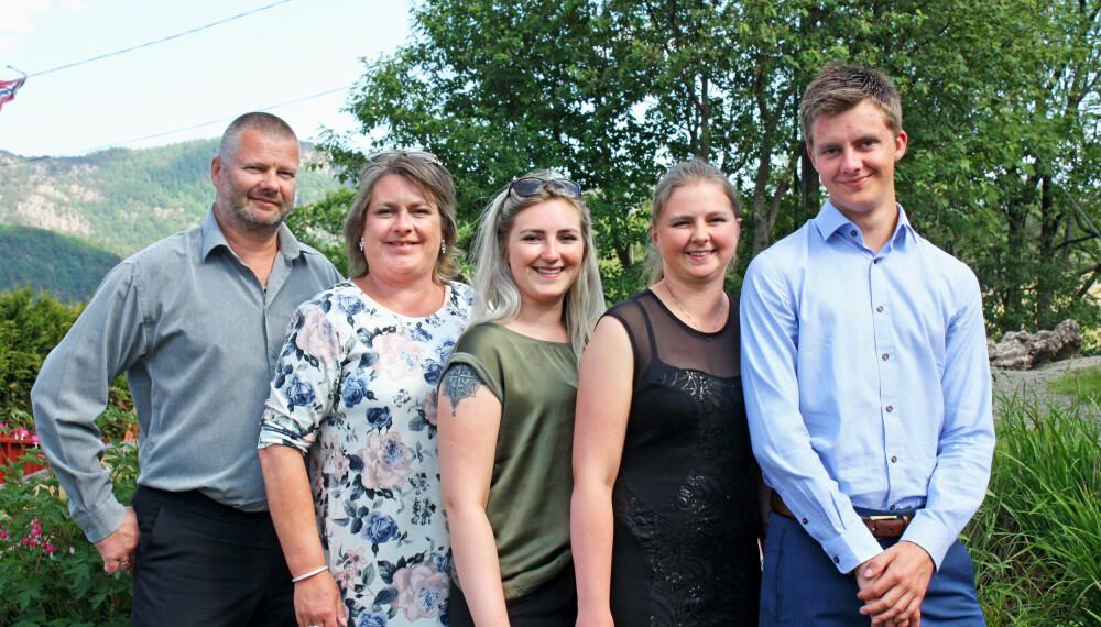 SAMHOLD: Hele familien samlet: Pappa Erik, mamma Elisabeth, Marita, Line og lillebror Andreas.