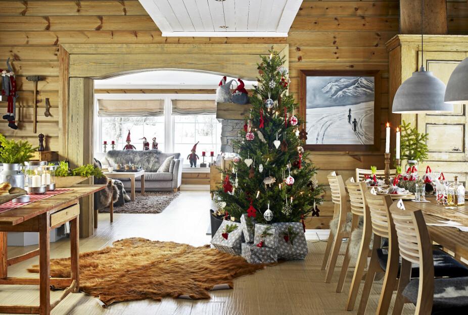 JULESTEMNING PÅ HYTTA: Når Synnøve kommer opp på hytta i Vierli i desember, kommer hun umiddelbart i julestemning. Hun er ekstra glad i å pynte med granbar, never og svibler.