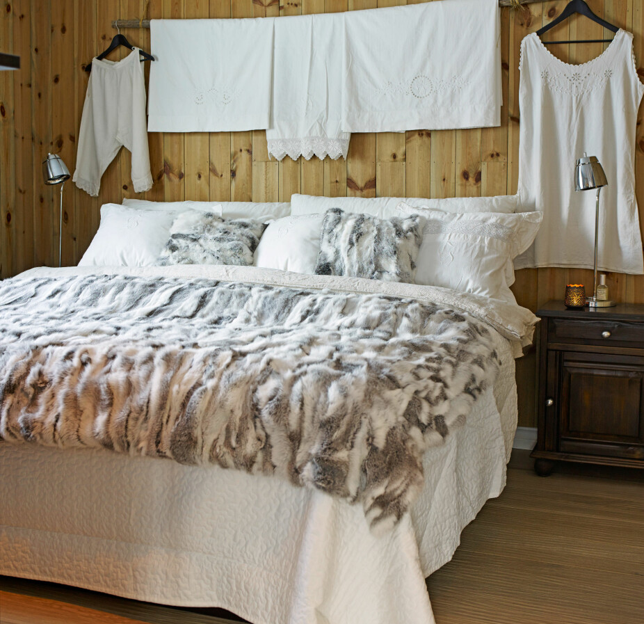 Nostalgi. Sengetøy og undertøy er sydd av vevet stoff fra egendyrket lin på hjemgården til Synnøves mor. Taket er satt inn med hvit takbeis fra Herdings.