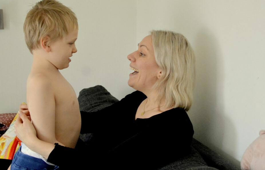 Mamma og Elias med kosestund i sofaen.