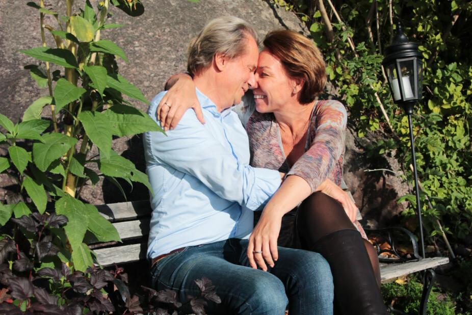 """KYSSEBENKEN: Nina og Sigmund sier det er viktig å kline hver dag, ikke bare ha raske kyss. I hagen hjemme i Tønsberg har de satt opp både """"klinebenk"""" og badestamp. En investering i kjærligheten."""