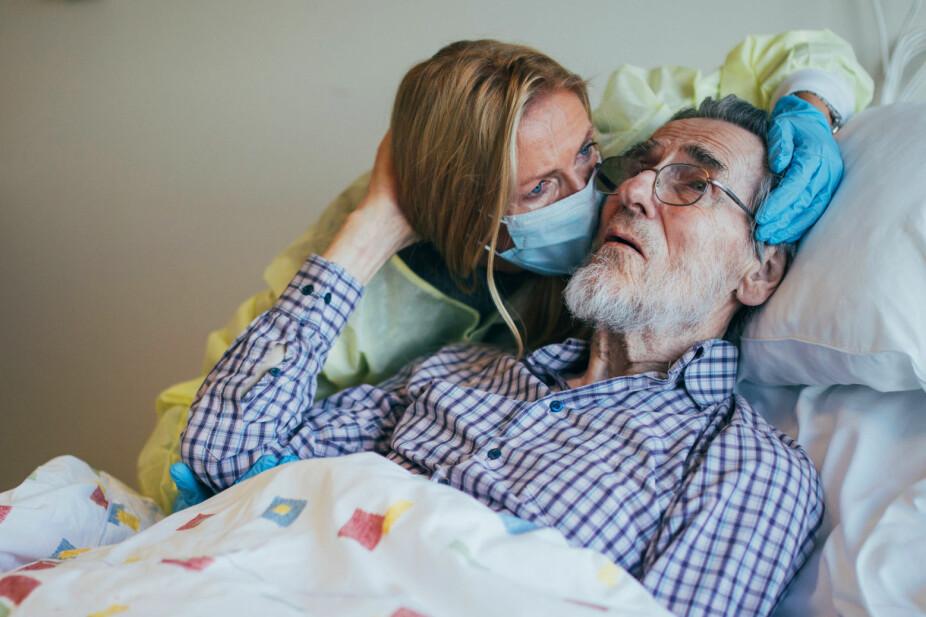 HELENE SANDVIK DEMENS: Helene ved pappas sykeseng. De tre siste årene av sitt liv bodde Helge Sandvig på sykehjem.