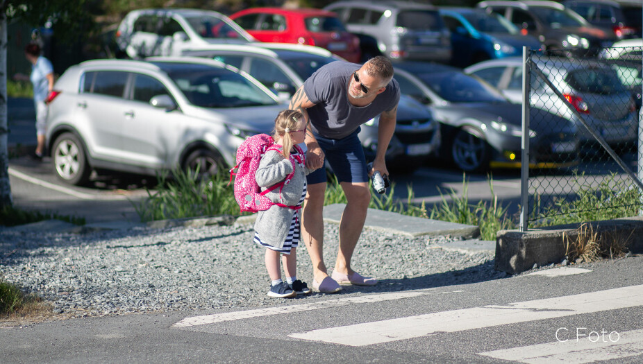 Først til høyre, så til venstre: Pappa passer på så Milla kommer trygt over veien.
