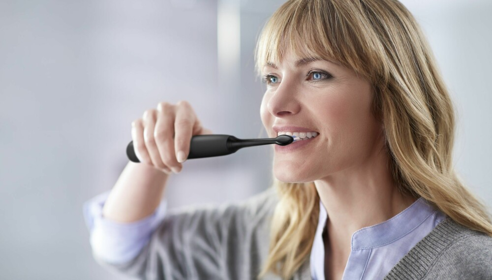 Å pusse med en elektrisk tannbørste fra Philips Sonicare fører både til redusert bakteriebelegg på tennene og mindre risiko for tannkjøttbetennelse.