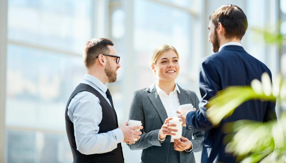 SMALL TALK TIPS; Langt fra alle føler seg komfortable med small talk. Det kan være spesielt utfordrende ved kaffemaskinen i en pause på jobben, eller hvis du får sjefen ved siden av deg på julebordet.