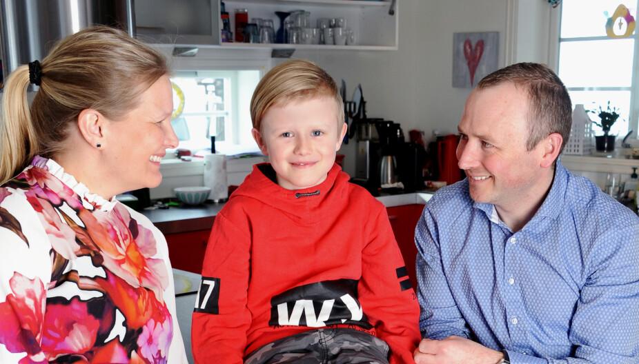 FIN FORM: Mamma Britt Unni Bilben (41) og pappa Arne Myromslien (38) er glade for at Marcus, som er blitt åtte år, får lov til å spille fotball denne sesongen.