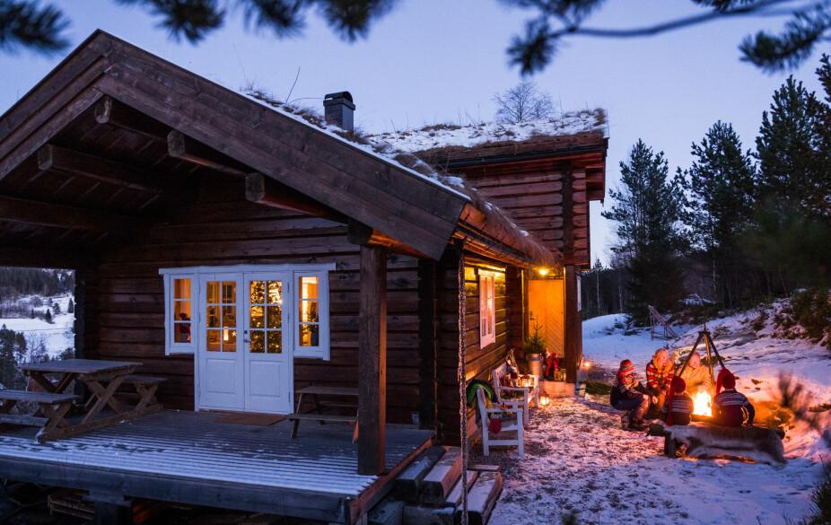 Utenfor hytta har de lagd seg en koselig samlingsplass rundt bålpanna. Her tilbringer familien mye tid.