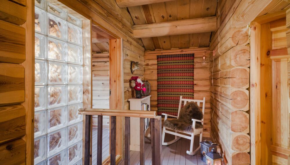 Kine har pyntet opp med vevde tepper som moren har lagd, flere steder i hytta. De passer godt her syns hun.