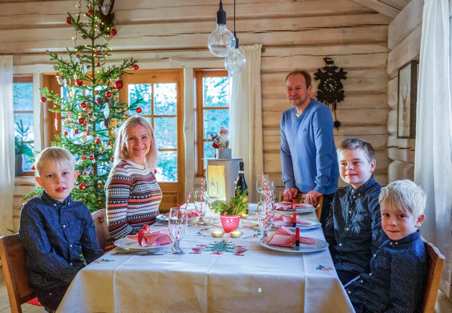 Endelig. Nå er endelig kvelden her, og alle er veldig spente. Familien er blitt så glad i julefeiring på hytta at de ikke kan tenke seg noe annet.