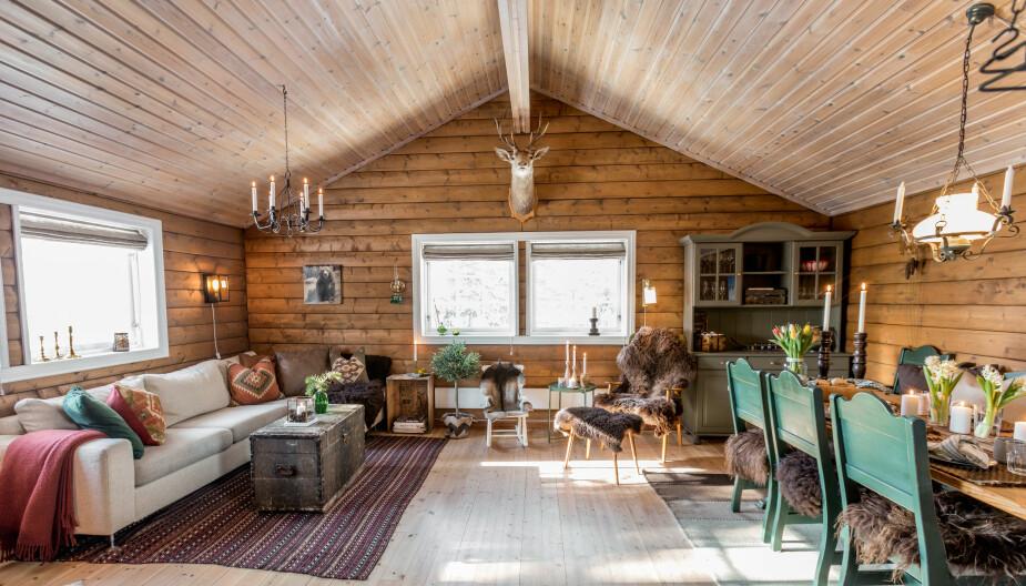 Luftig. Allrommet er åpent og luftig. Taket er beiset i en lysere tone enn veggene.