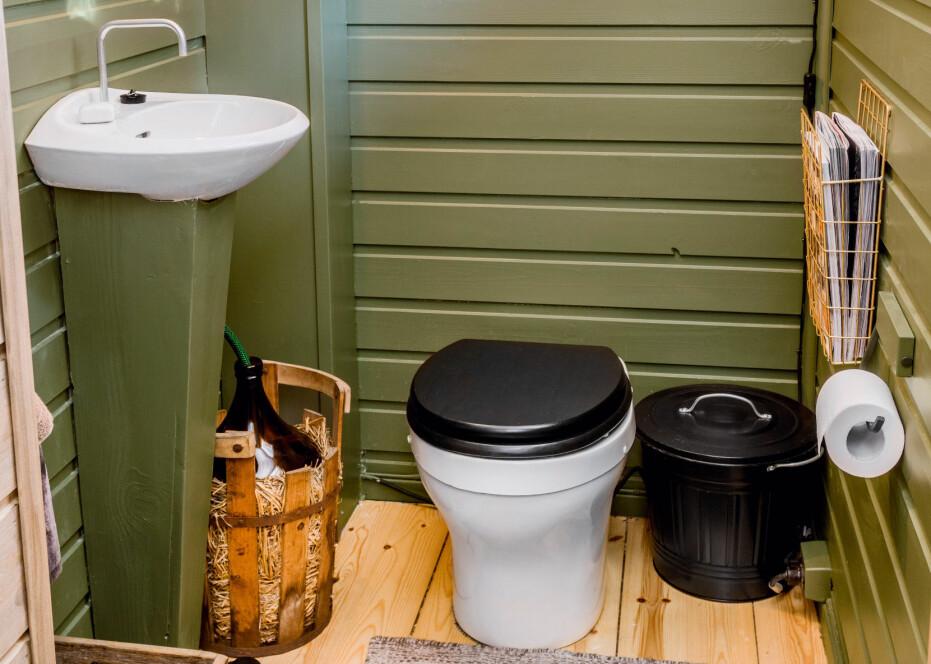 Innlemmet badet i hytta.Toalettkroken er grønnmalt og snurredassen litt lettere å komme til etter at de innlemmet badet i hytta. Tidligere måtte de ut og gå over terrassen når de skulle på do.