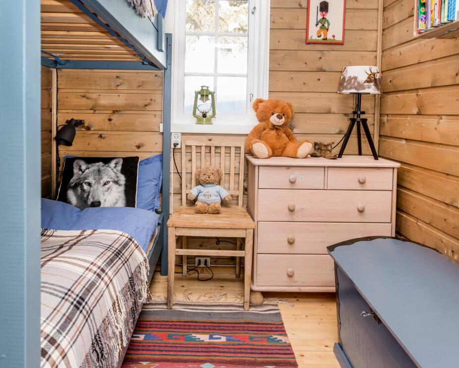 Gutterom. Møblene på gutterommet fulgte hytta. Gulvteppet kjøpte Richard i et veikryss i Arizona for mange år siden.