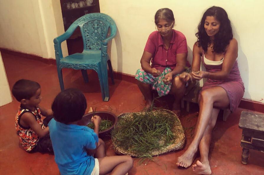 MIDDAGSTID: Anja hjelper til med praktisk arbeid og husarbeid hos moren og søsknene sine i landsbyen i Sri Lanka. Her forbereder de middag, De renser urter de har funnet utendørs.