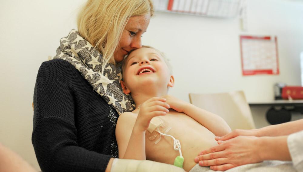TRØST: Ole Fredrik er fem år, og et kateter er plassert på brystet hans for å gi ham cellegift intravenøst.