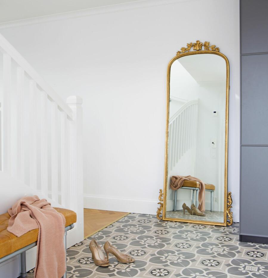 Flisene i gangen er Equipe Caprice fra Modena flisgiganten. De ligner historiske betongfliser, men er mye mer praktisk som keramisk flis – helt vedlikeholdsfri. Speilet er fra Trend Design og skapløsningen fra Ikea. Trappen er norsk håndverk fra Nor-Trapp, benken er fra House Doctor.