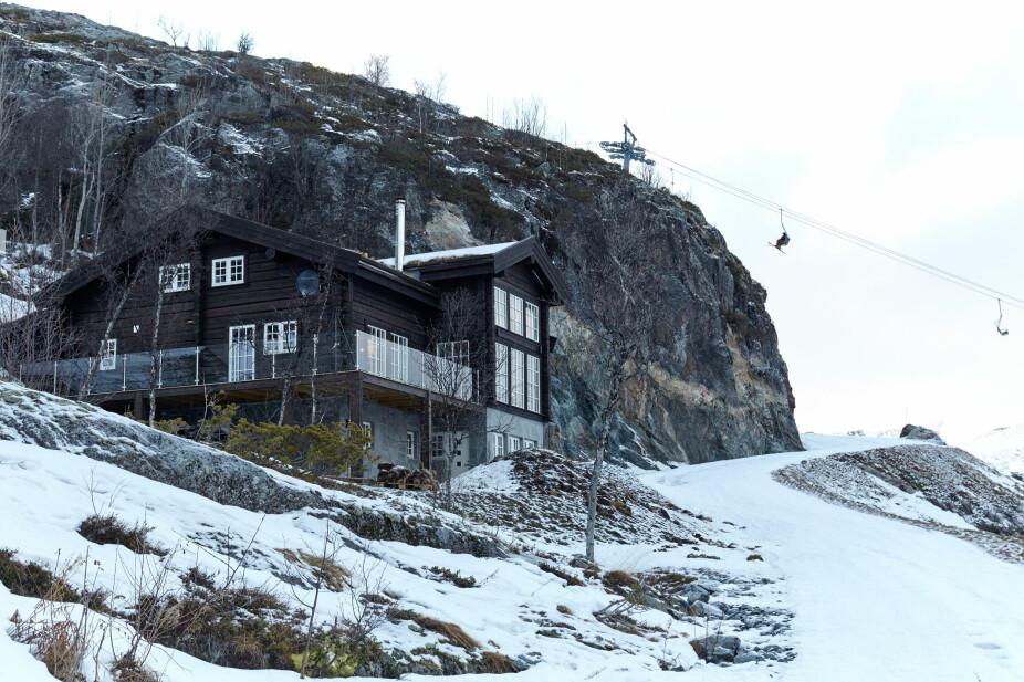 Hytta ligger midt i skibakken, og er tilpasset den skrå tomten ved Skarsnuten. Underetasjen er innredet med en usjenert utleieleilighet.