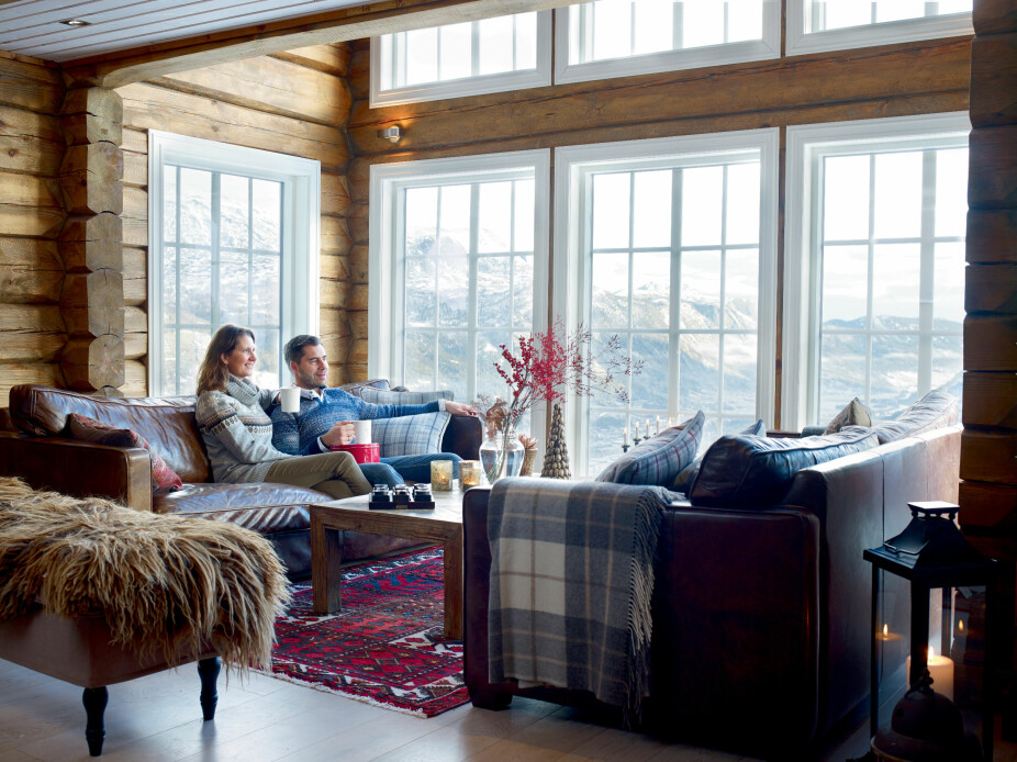 JULESTEMNING I HEMSEDAL: I stuen er det dobbel takhøyde og åpent opp til loftstuen. Det understreker den luftige følelsen oppe i lia ved Skarsnuten. Vinduene er fra Harmonie.