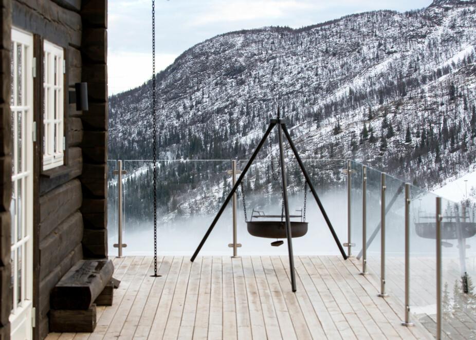Himmelnært. Skydekket legger seg gjerne like under terrassen. Rekkverket i glass bevarer utsikten.