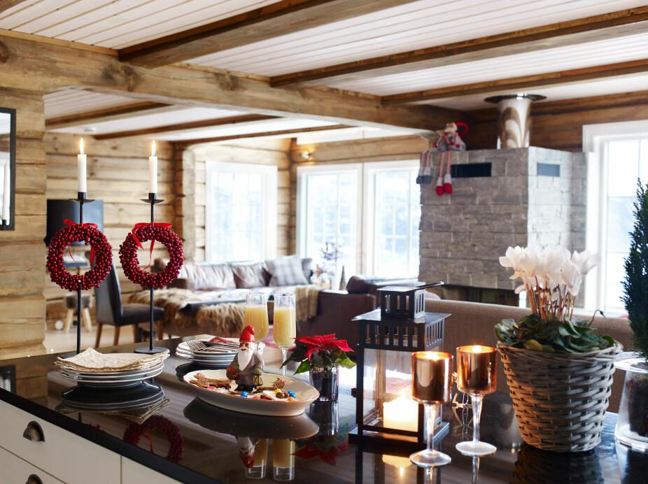 Møtested. Det er rundt kjøkkenøya det skjer. Her samles gode venner for felles matlaging og hyttekos før julefeiringen. Etter å ha brukt timevis på oljing av benkeplater i tre på den forrige hytta, valgte familien granitt på det nye kjøkkenet.