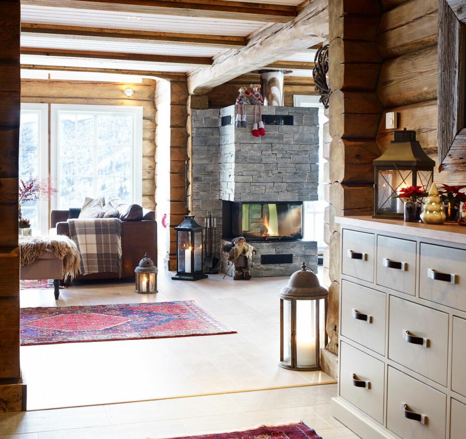 Blikkontakt. Når man kommer inn i gangen åpenbarer utsikten seg umiddelbart. Kommoden i gangen er i samme stil som kjøkkeninnredningen, noe som bidrar til å skape en helhet i interiøret.