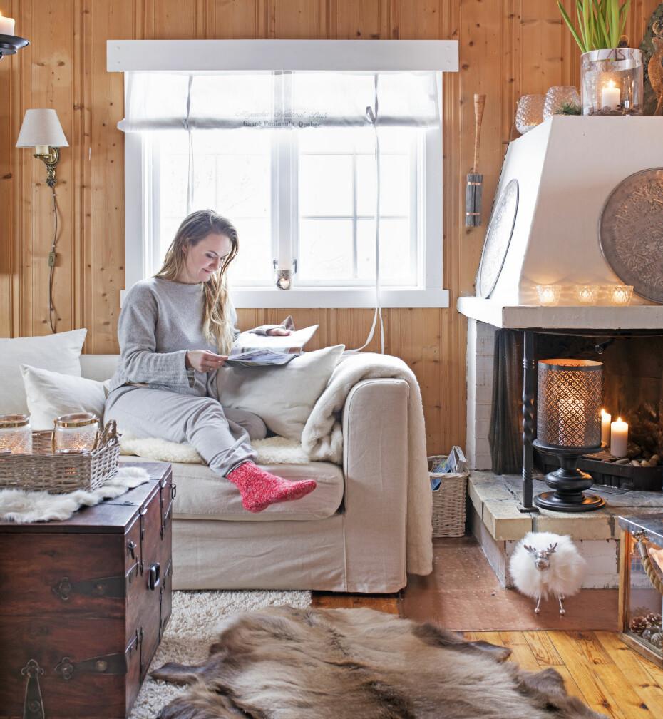 KOS: Heidi har det som best når hun kan krype opp i sofaen med en kopp kaffe og med godt lesestoff.