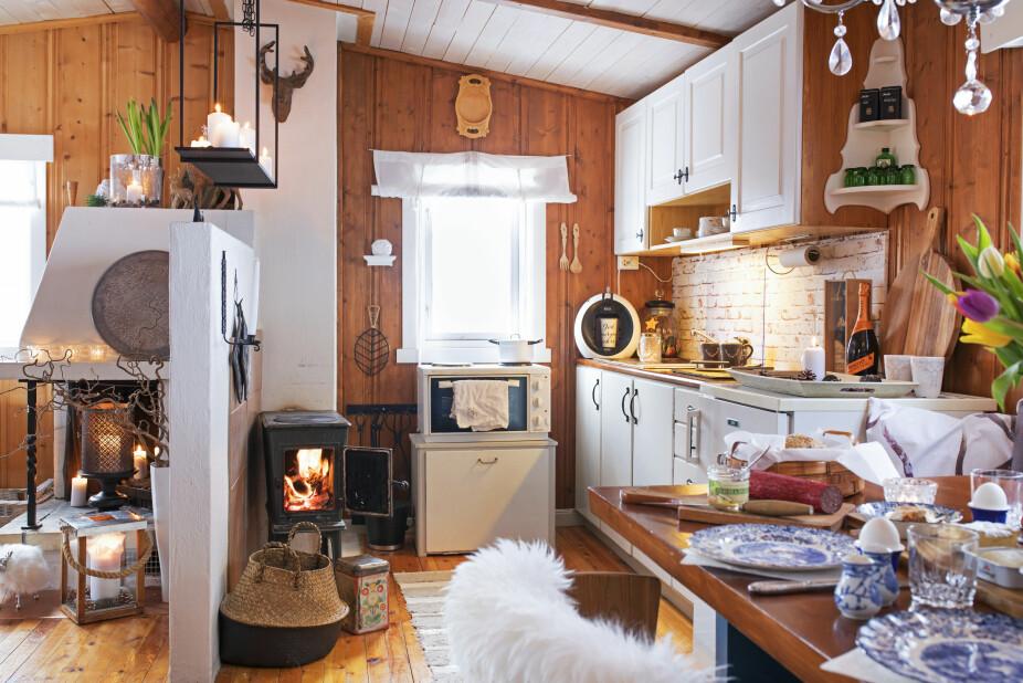 HELHET: Siden kjøkken og stue er ett rom, har Heidi valgt å holde sonene i de samme fargene. Det gir en fin helhet. Kurven ved ovnen er fra Nille.