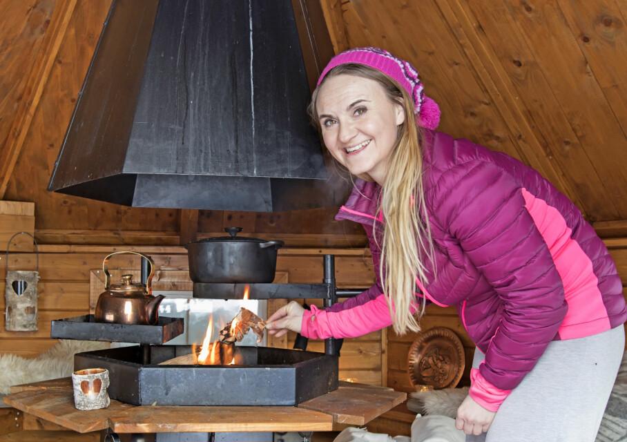 KAFFEKOS: Grillhytta blir flittig brukt vinterstid. Kaffekjelen bruker Heidi også til å varme saus i. I den store gryta kokes det poteter.