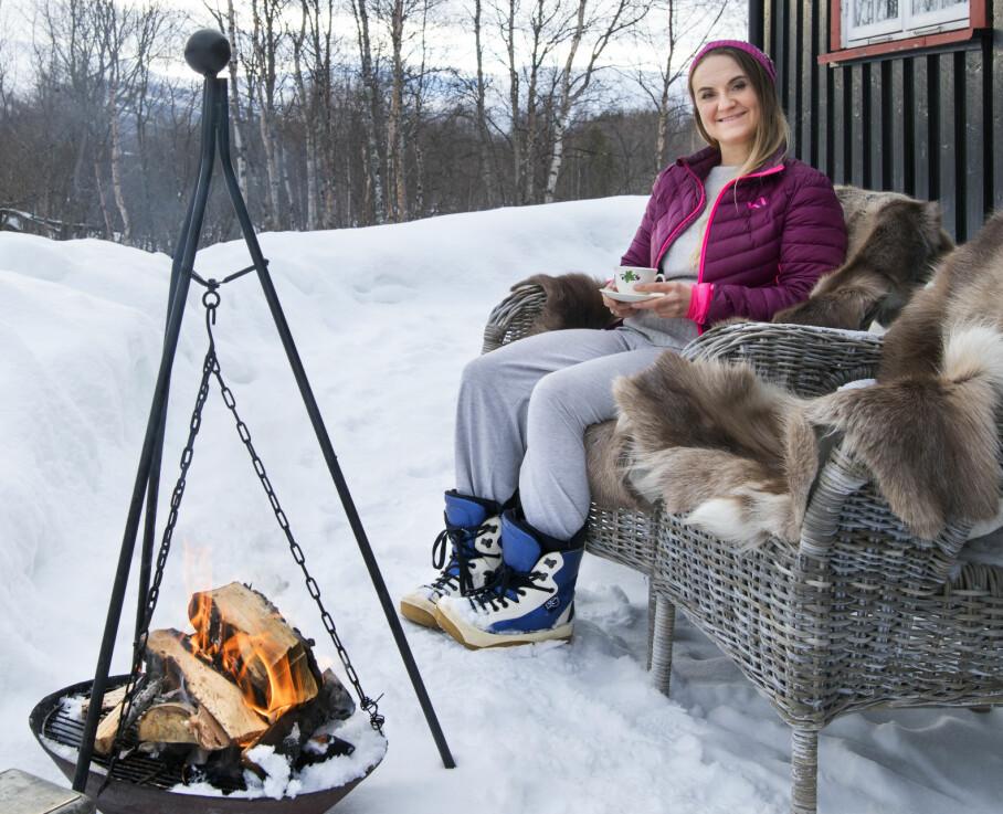 BÅLKOS: Heidi elsker å sitte ved bålpannen og kjenne varmen fra bålet.