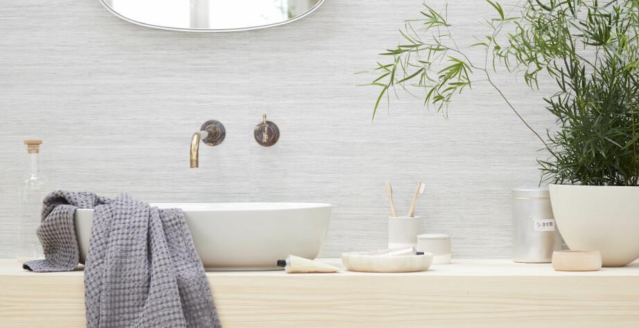 NØYTRALT: Det kan lønne seg å velge nøytrale farger, og heller dekorere med planter, håndklær og tilbehør du trenger på badet.