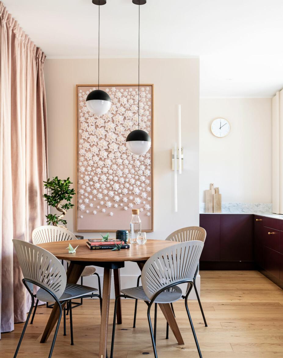 BEDRE PLASS: Ved å fjerne og flytte vegger, har det blitt rom til en koselig spisekrok. Bak forhenget skjuler det seg en glassvegg ut mot gangen, som gir økt romfølelse når gardinen dras til siden. Bord med valnøttfinish er fra Bolia, Trinidad-stolene er designet av Nana Ditzel for Fredericia og lampene er Flos' String Light.