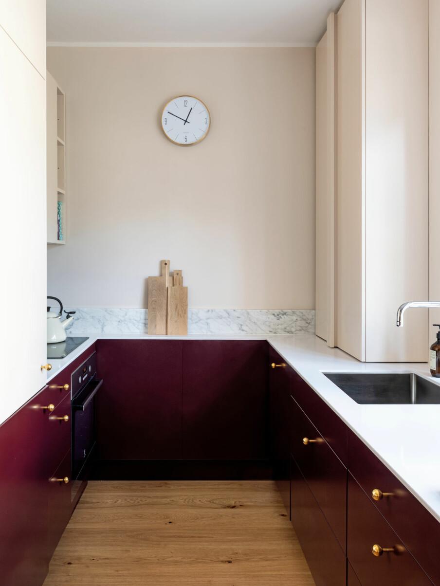 KONTRASTER: Kjøkkenet har fått bedre benkeplass, samt gode løsninger for oppbevaring. De lyse fargene får rommet til å virke større, mens de mørke utgjør en fin kontrast.
