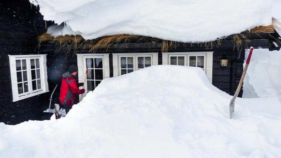 TRENINGSØKT: Å grave frem hytta er en skikkelig treningsøkt. Da er det viktig å stille ferdig oppvarmet og med skikkelig redskap.