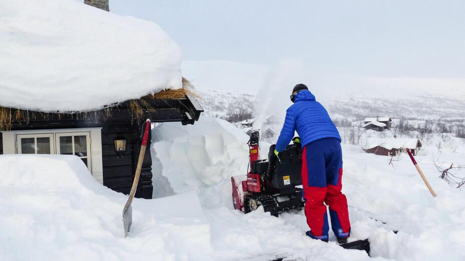 SNØFRESER: Proffene bruker spade i kombinasjon med snøfreser.