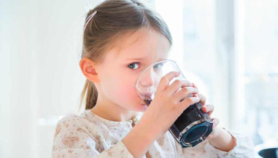 SUKKER VS. KUNSTIG SØTNING: For barn over 3 år vil det være bedre med sukkerfri saft og brus fremfor sukret. Men et fullstendig frislipp kan det ikke være.