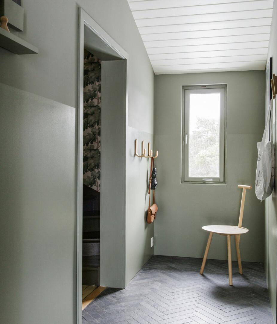 GANGEN INNENFOR: Den nederste delen av veggen er malt i høyglans for at fingermerker lettere kan vaskes bort. Fiskebensflisene som går igjen på begge gulv heter Mystone Ardesia og er fra Marazzi.