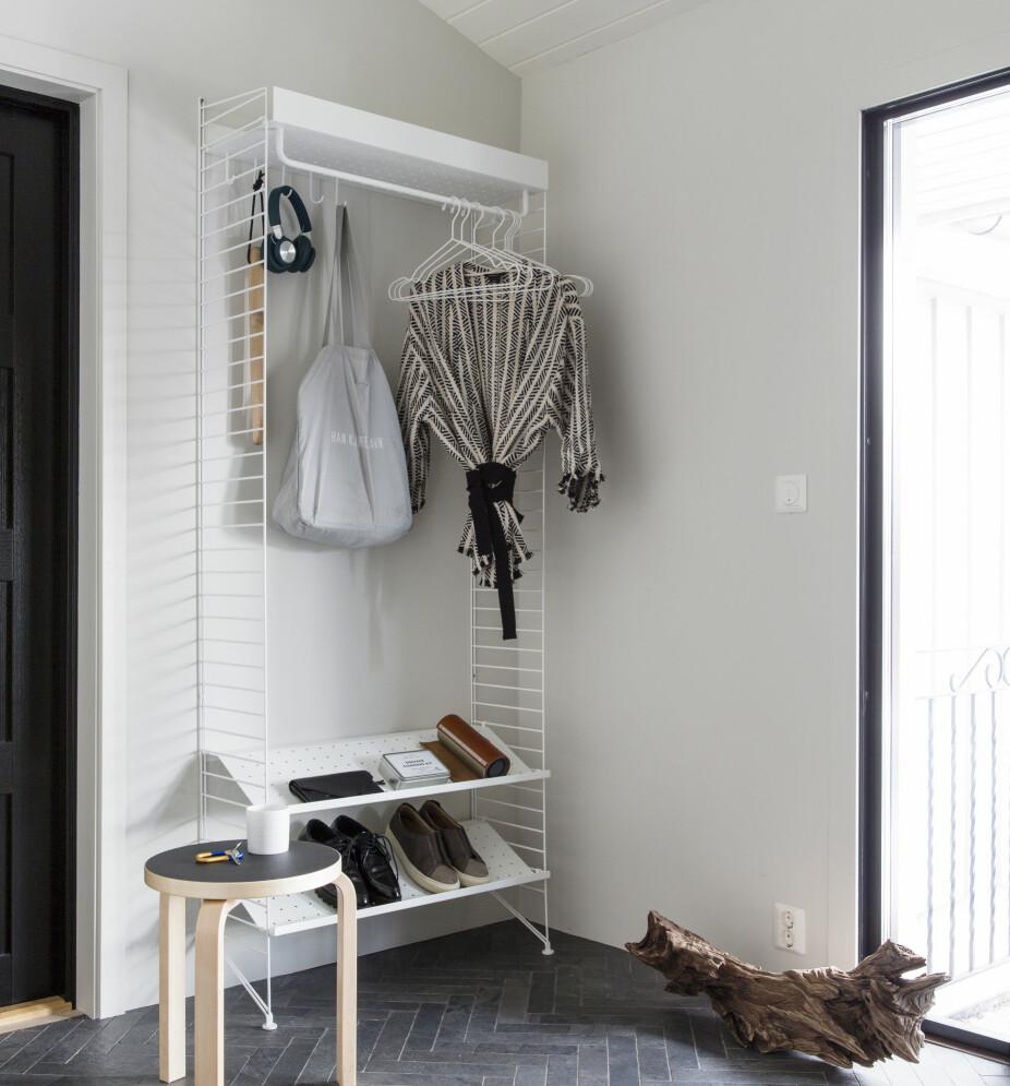 OPPBEVARING: Umiddelbart innenfor inngangsdøren står det nå en Stringhylle, der man kan henge fra seg jakker og sette fra seg sko. Krakken er fra Artek.
