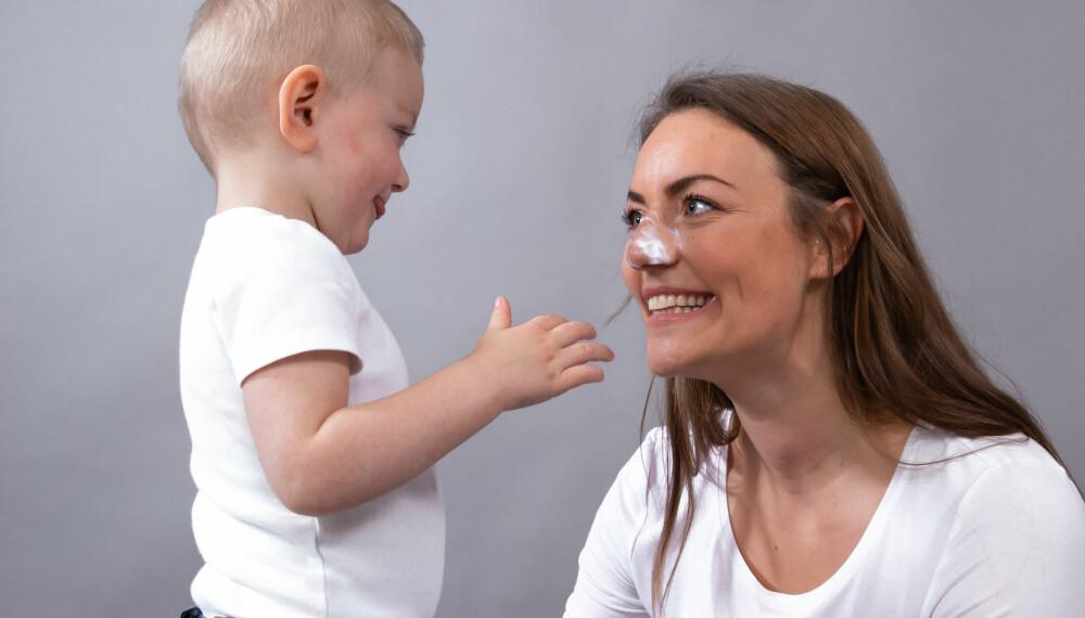 """STELL KAN VÆRE GØY!: Neutrals beste tips er å ta seg god tid til å pleie barnets hud. Gjør det til en hyggestund. Lek for eksempel """"snøvær"""" med kremen: Du dabber på krem, og barnet hjelper deg med å smøre den inn."""
