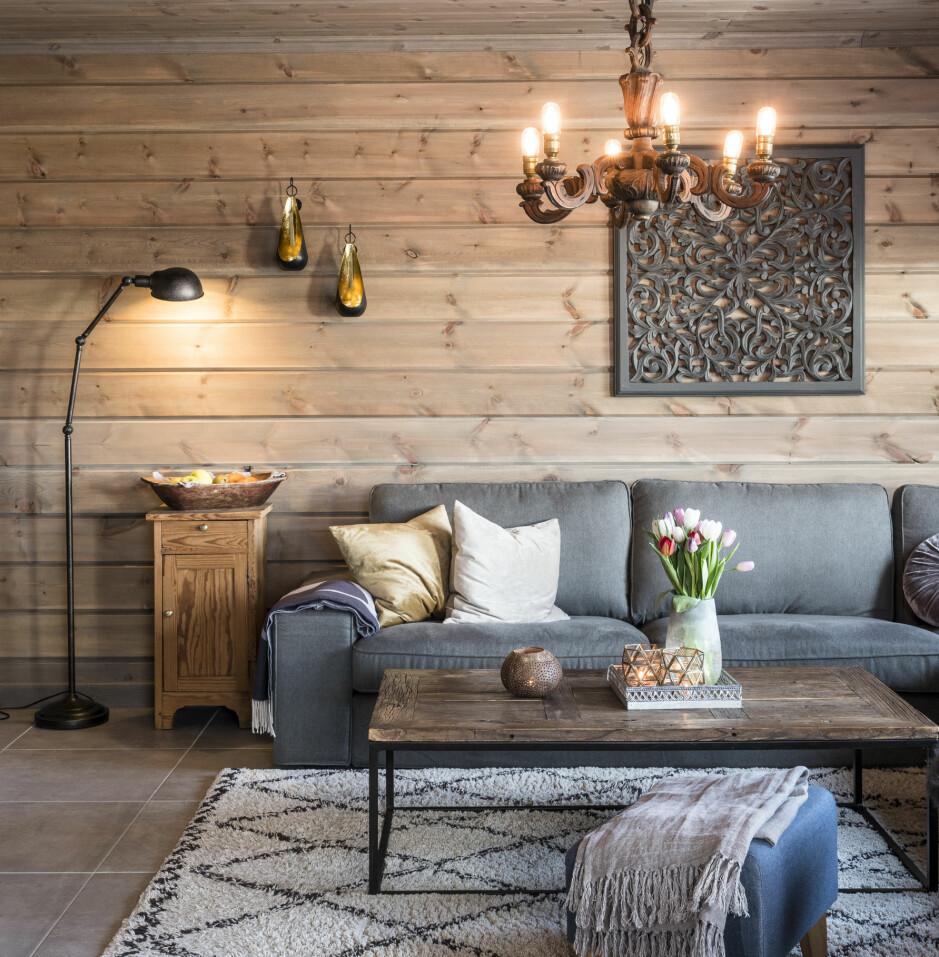 Moderne. Helheten i hytta er flott, og man får en følelse av luksus. Sannheten er at Tonje har vært veldig god til å  kjøpe brukt, som salongbordet og trelysekronen over sofagruppen.
