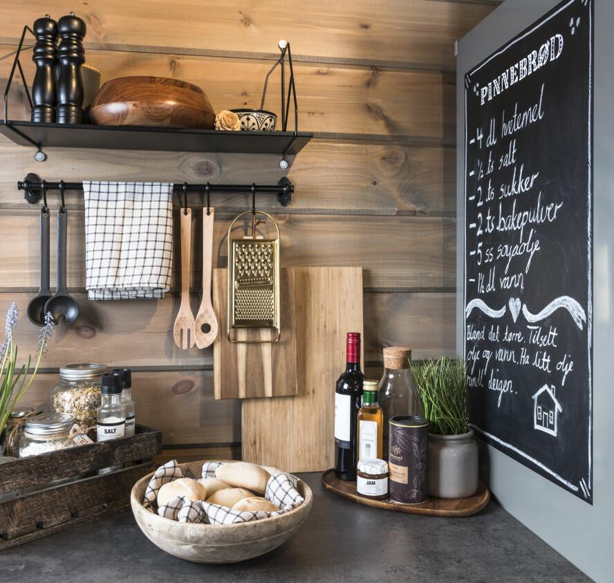 Favoritt på menyen. Noe familien alltid har på hytta er pinnebrød. Oppskriften har Tonje skrevet fint på siden av kjøleskapet. Tavlemaling kan man bruke overalt.