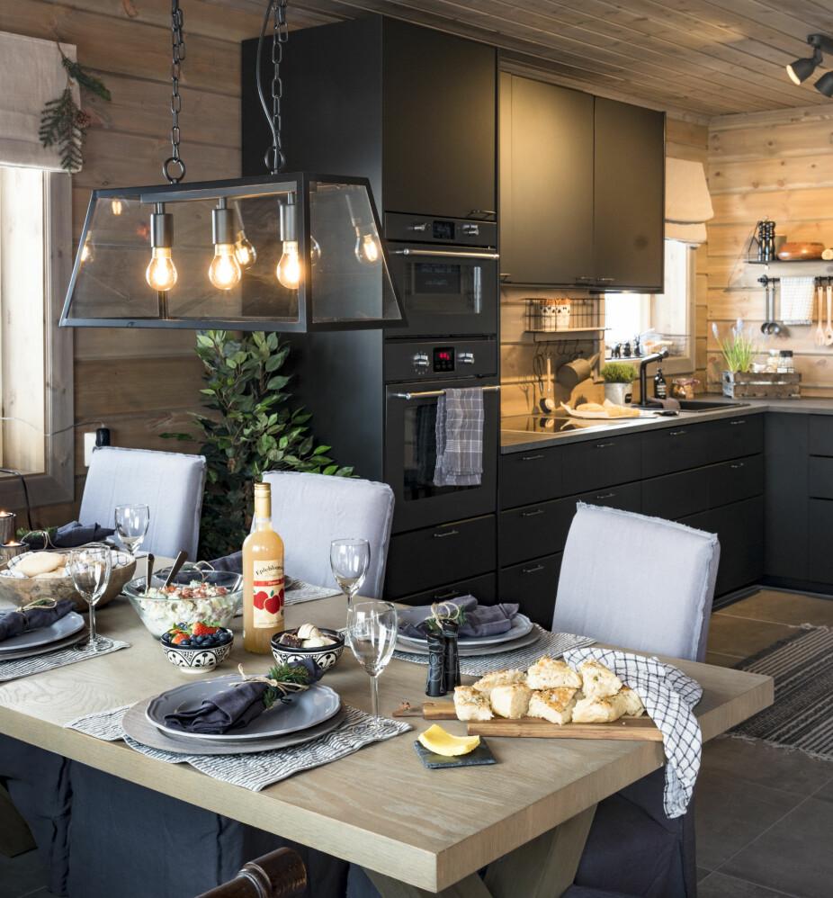 Åpen løsningKjøkken, spiseplass og stue er ett stort rom med direkte utgang til terrassen.