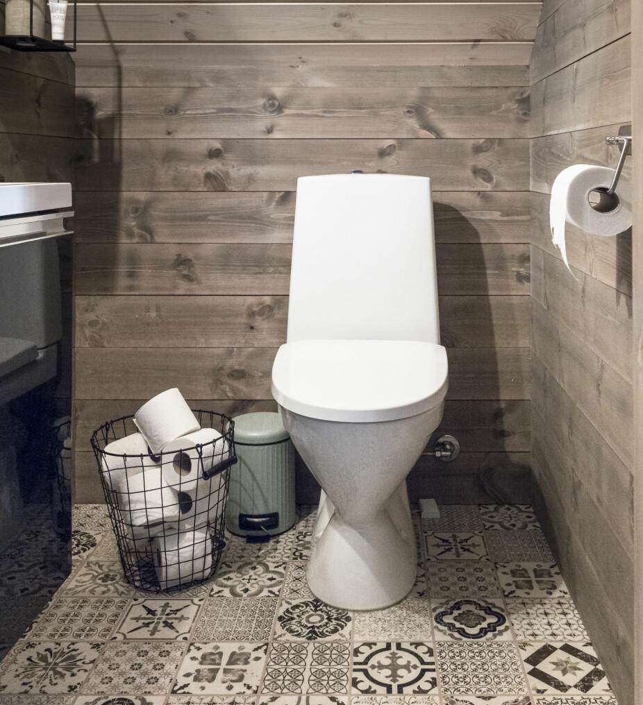 Gjestetoalett. På det lille toalettrommet i andre etasje hadde Tonje sett seg ut dette gulvet, som ligner på fliser. Det er klikklaminat og kan også brukes på våtrom.