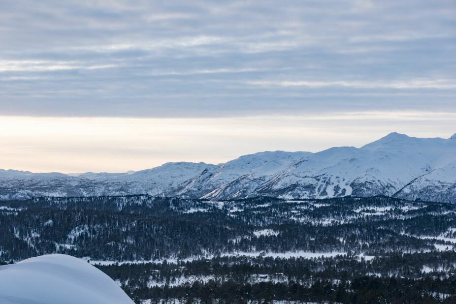 Vakkert landskap. Familien har flott utsikt mot fjellene fra hytta.