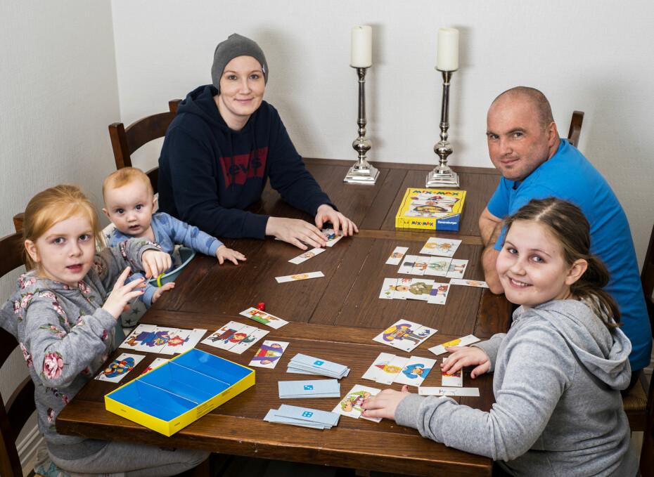 HVERDAGSGLEDER: Familien liker å tilbringe tid sammen og spiller gjerne Mix Max, som er jentenes favorittspill. Kasper er ivrig tilskuer.