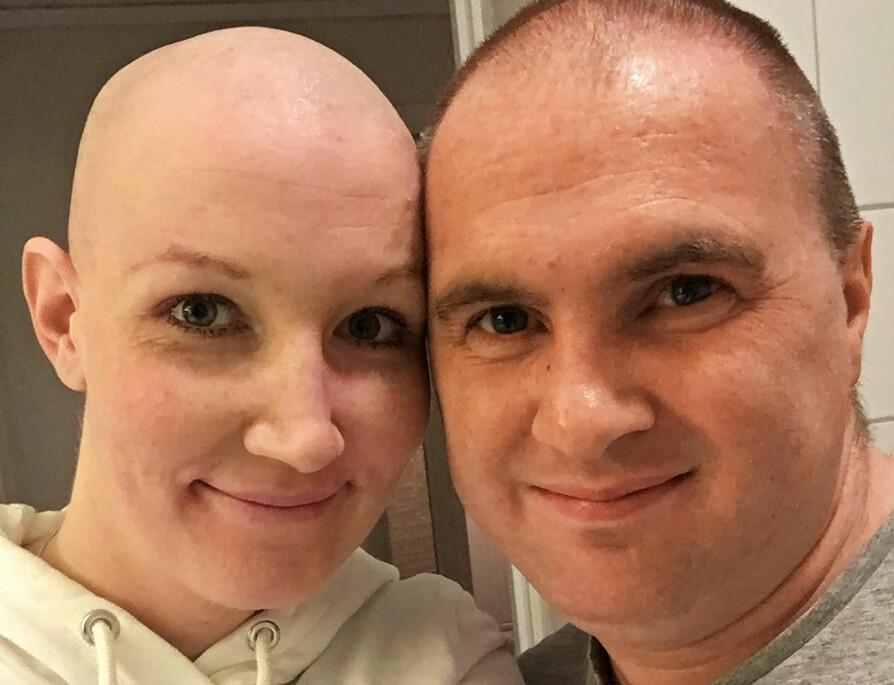 UTEN HÅR: Kristine grudde seg til å miste alt håret. Da det først skjedde, valgte hun å snu det til noe morsomt. Dette bildet la hun ut på Facebook og kommenterte at Raymond nå plutselig hadde mer hår enn henne!