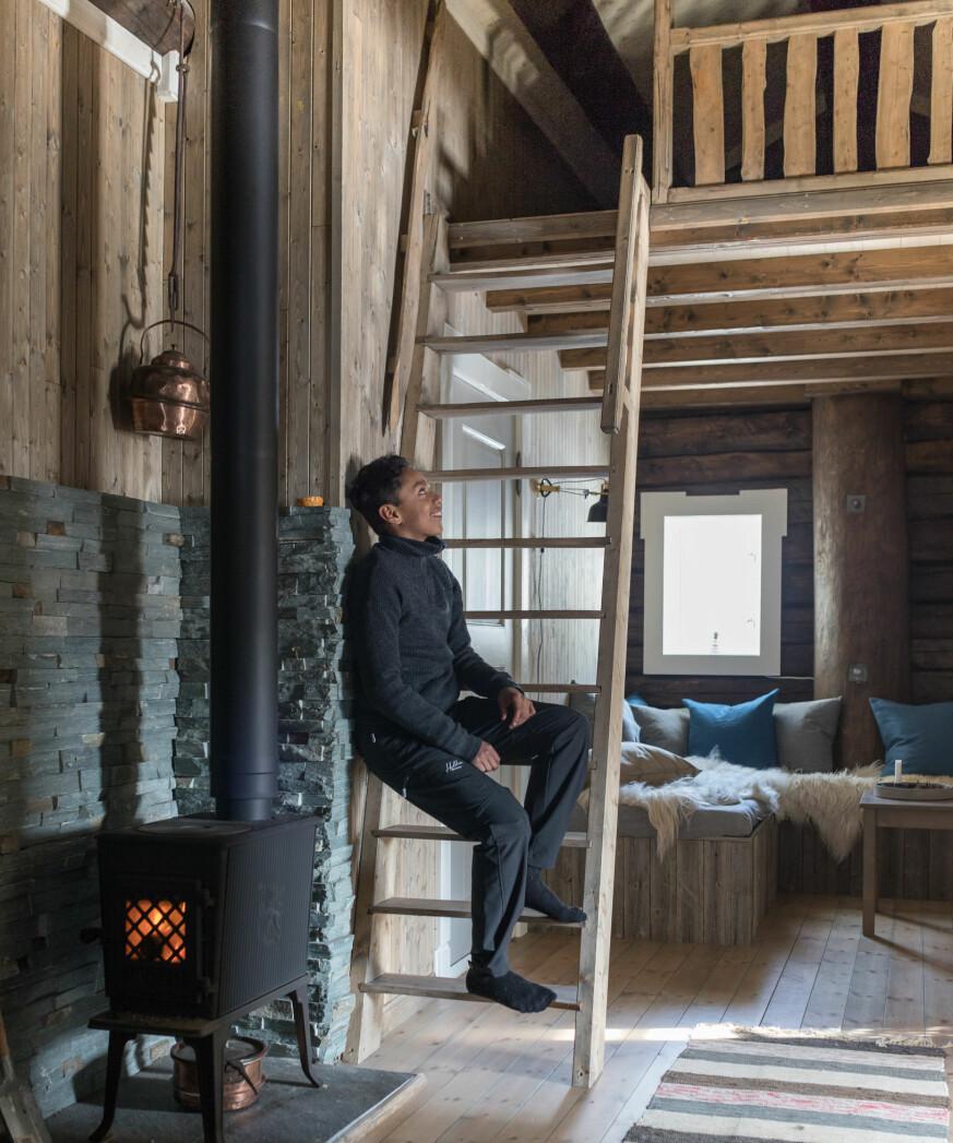 Et ekstra rom Gangen mellom soverommene i den gamle delen av hytta ble bredere enn først beregnet, men det ga plass til en hyggelig sofakrok og tv-stue som Julian og Even elsker å slappe av i. Over er det en praktisk hems til oppbevaring og ekstra soveplasser. Trappa er laget av et almetre som sto i hagen til Thomas' bestemor på Salsnes. Rekkverket er laget av einer. Trærne har de hogget selv, og Thomas har snekret.