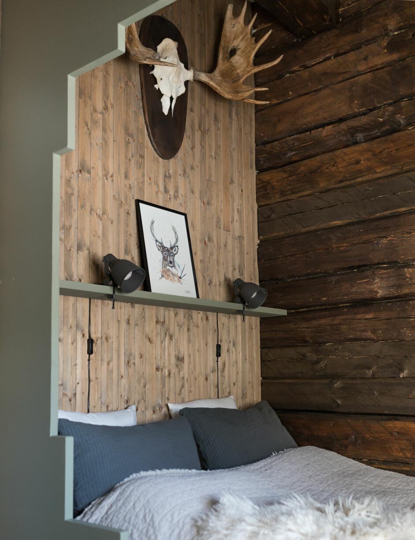 Evens seng har også fått en fin ramme. Over sengen henger et gevir fra en elg som Evens oldefar har skutt. Lampene er fra Ikea og bildet av en hjort er kjøpt på butikken Anne Gretes rom i Namsos, Annegretesrom.no