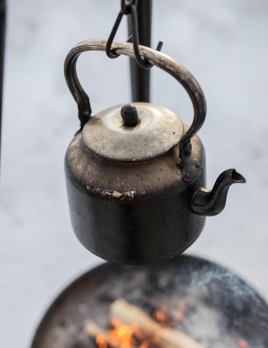 Bålkos. Å koke kaffe over bålpannen hører med til hyttelivets gleder.