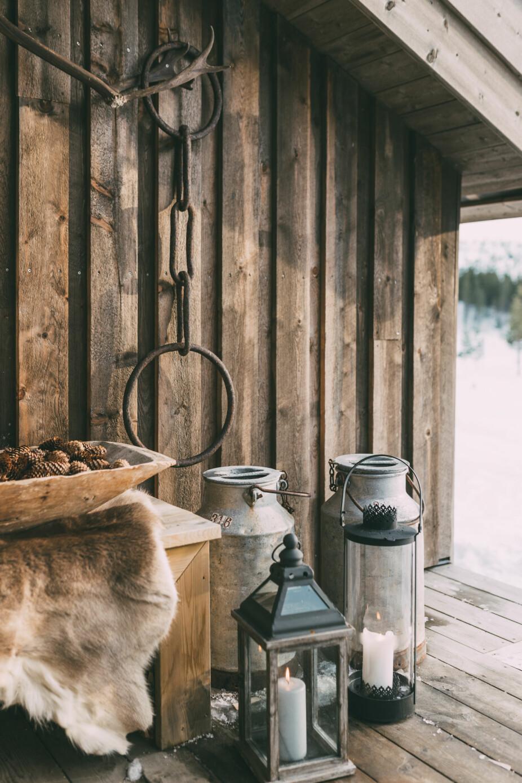Arvegods. På terrassen står en koselig samling av lykter og diverse gamle funn fra familiegårdene.