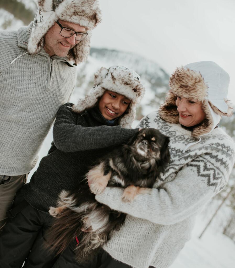 Utekos. Thomas, Julian, Cathrine og hunden Centa. Cathrine elsker gjenbruk og har sammen med Thomas funnet, bygget eller sydd det meste av hyttas interiør.